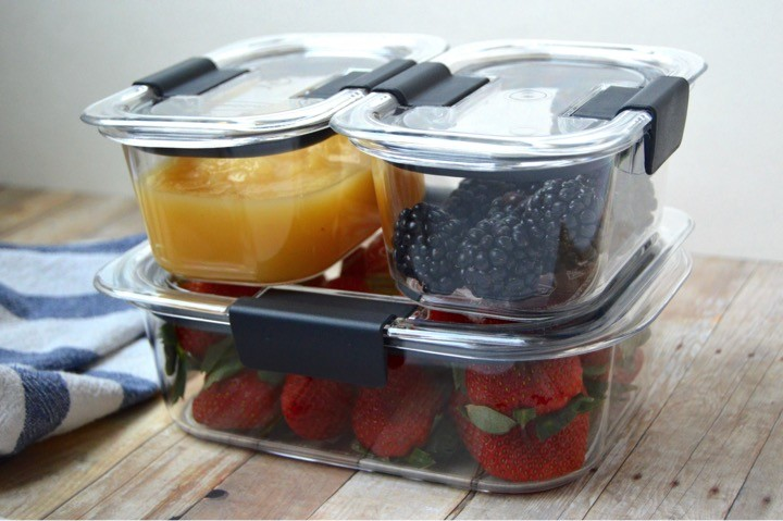 Easily stackable containers. Fridge organization hack. Rubbermaid ® BRILLIANCE ™ food containers + tips for fridge organization + kitchen spring cleaning. How to have an organized and clean fridge. Best containers for storing food.